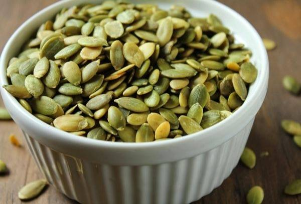 Как лучше всего чистить сырые и жареные тыквенные семечки?