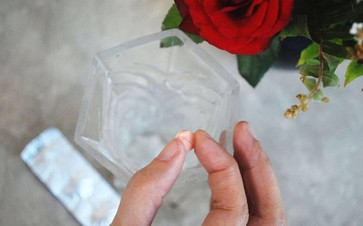 Что добавить в воду, чтобы розы стояли подольше в вазе, как и в какую жидкость нужно ставить срезанные цветы, чтобы сохранить их долго, надо ли положить аспирин? selo.guru — интернет портал о сельском хозяйстве
