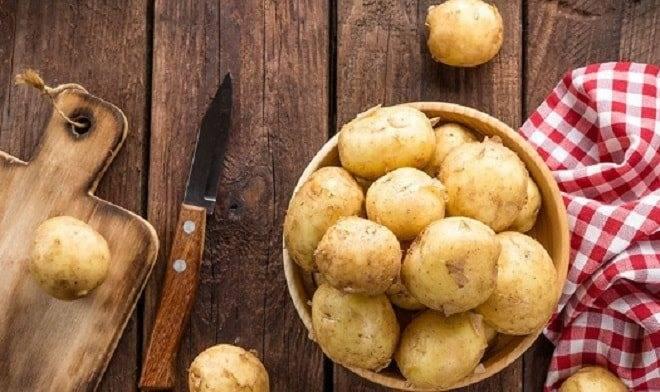 Почему картофель чернеет внутри на грядке. хранение картофеля – как на зиму сохранить собранный урожай. нарушен баланс полезных веществ в почве