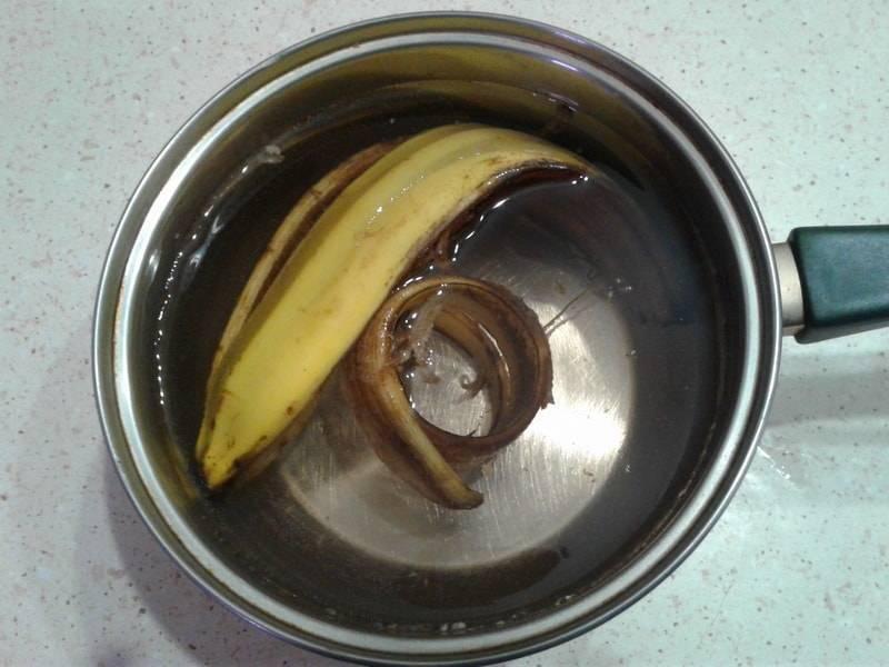 Банановая кожура как удобрение для комнатных растений: применение для повышения плодородности почвы и подкормки цветов, а также для борьбы с вредителями