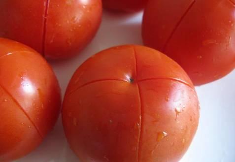 Снять кожуру с помидора сможет каждый: 5 лучших способов