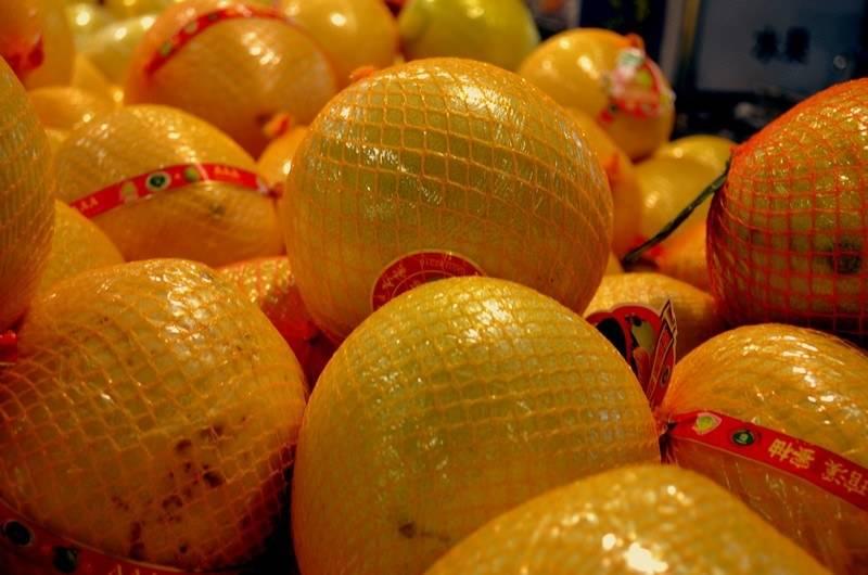Помело – это гибрид каких фруктов, с чем скрещен