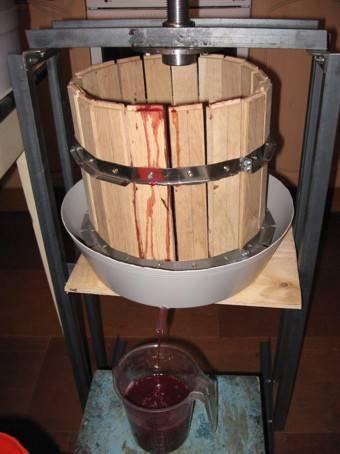 Как сделать пресс для выжимки винограда – собираем своими руками по чертежам самодельную давилку (мялку) из домкрата