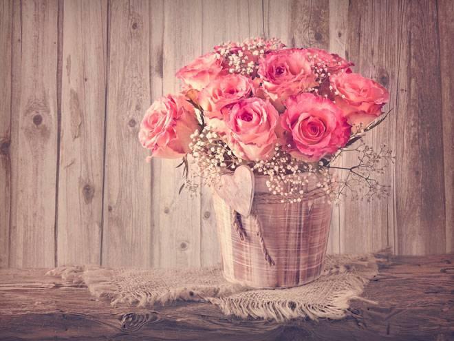 Чтобы розы стояли дольше: как сохранить срезанные цветы в вазе, правильно ухаживать и продлить их жизнь в домашних условиях, что можно добавить в воду?дача эксперт