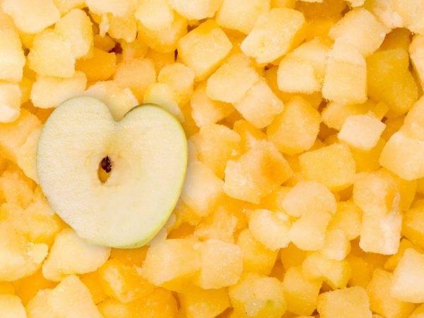 Как заморозить яблоки на зиму в морозилке самыми простыми способами?