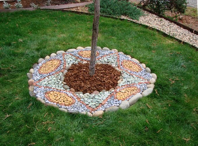 Оформление приствольных кругов или цветник под деревом