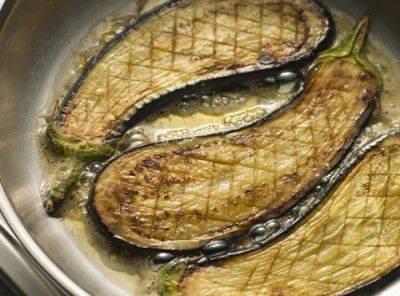 Как убрать горечь из баклажанов перед готовкой с солью и без нее