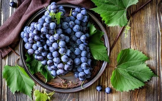 Какая калорийность у винограда, и чем он полезен для здоровья