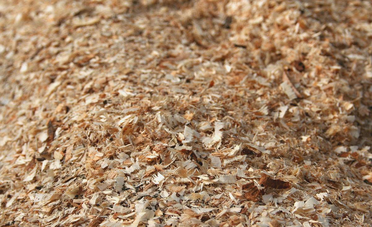 Опилки как удобрение и мульчирование почвы, использование и приготовление компоста - почва.нет