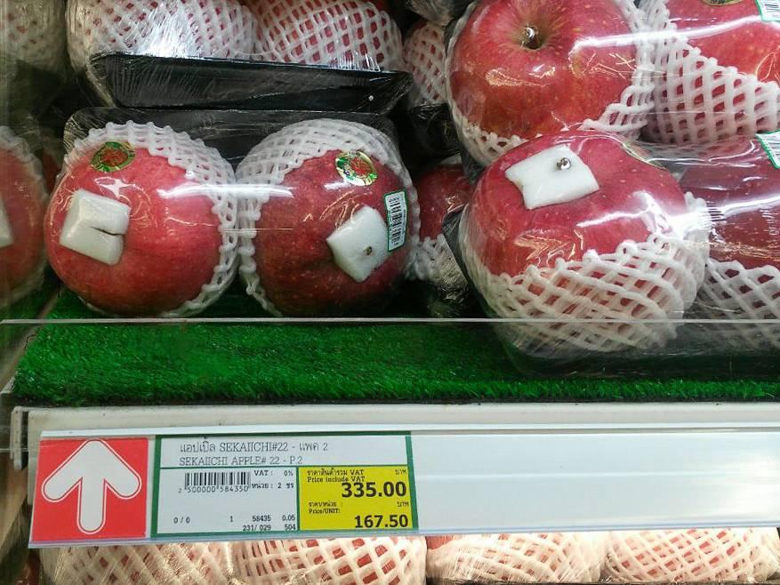 Самое большое в мире яблоко: на ветке и на постаменте